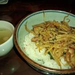 おまかせ丼スープ付き(若鶏の黒胡椒オイスター炒め)