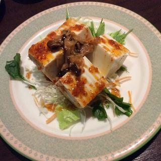 豆腐サラダのきのこラー油かけ(志なのすけ お初天神店 (300円均一 海鮮居酒屋))