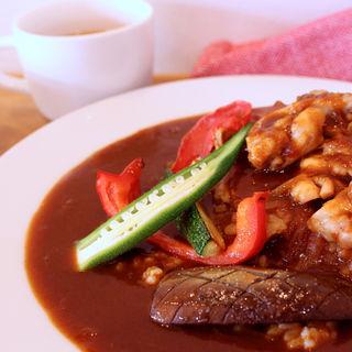 チキンステーキと夏野菜のカレー(洋食Bambi)