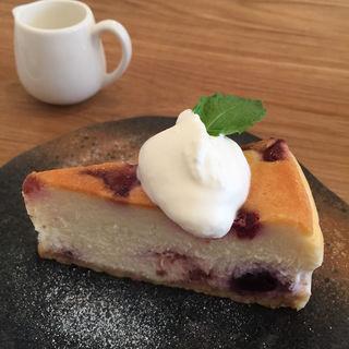 ホワイトチョコとミックスベリーのチーズケーキ(MOVE CAFE (ムブカフェ))