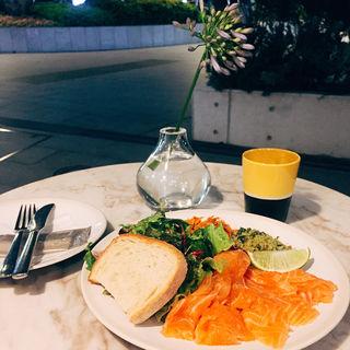 自家製サーモンマリネ(ELLE cafe AOYAMA)
