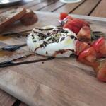 トマトとブラータのカプレーゼ