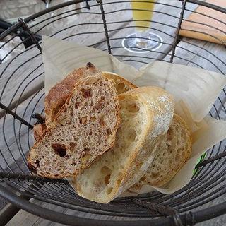 モキチベーカリーのパン盛り合わせ (トラットリア・モキチ (TRATTORIA MOKICHI))