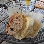 モキチベーカリーのパン盛り合わせ
