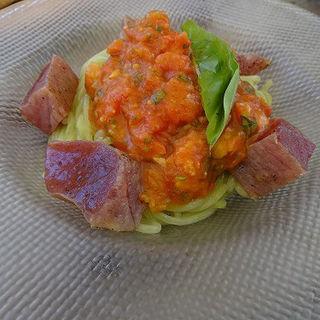 炙り鮪とフルーツトマト青海苔風味の冷製パスタ (トラットリア・モキチ (TRATTORIA MOKICHI))