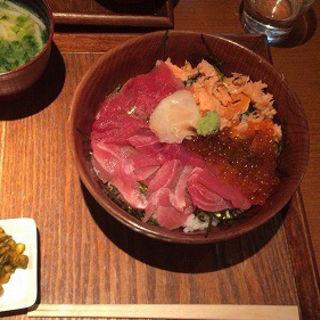 マグロ・焼きシャケ・イクラ3色丼(ととや。 )