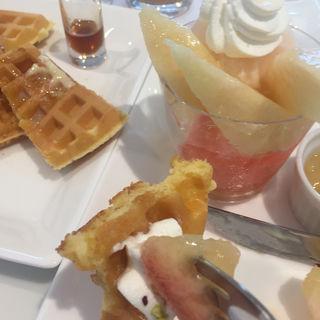 桃のワッフル(飲み物付き)(タカノフルーツパーラー 新宿本店)