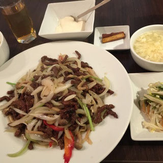 黒椒牛肉絲(牛肉、きのこ、玉葱、香菜、赤ピーマンの塩炒め)(四川雅園)