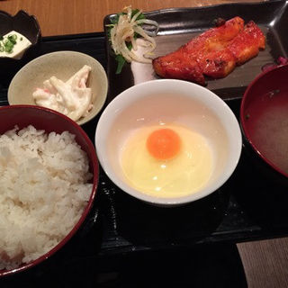 一夜干し定食 鮭orカレイのミリン干し(赤坂逸才 (あかさかいっさい))