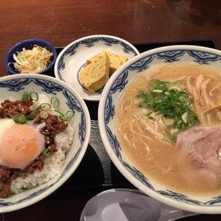 肉ご飯(温玉のせ)ラーメンセット(博多麺房 赤のれん 丸の内店 (はかためんぼうあかのれん))
