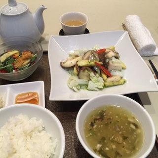 モンゴイカと野菜のバジル炒め(礼華 青鸞居 (セイランキョ))