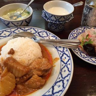 ゲェーンマサマン・ガイ(煮込み鶏肉とジャガイモカレー)セット(ライカノ )