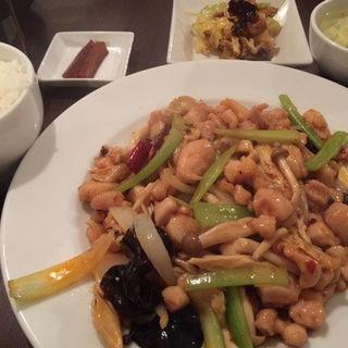 干鍋鶏球 (鶏肉、しめじ、きくらげ、ゆば、セロリの辛味炒め) (四川雅園)