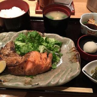 鮭カマ塩焼定食 (赤坂あじさい (アカサカアジサイ))