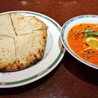 まるやかなクリーミーバターチキンカレー(ナン、サフランライス、サラダ)(カーンケバブビリヤニ (Khan kebab biryani))