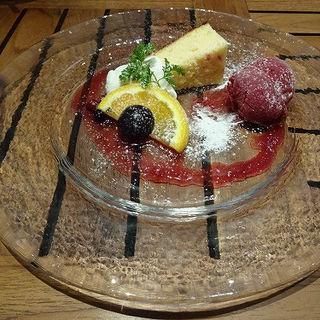 チーズケーキとベリーアイス デザートセット(カプリッチ 渋谷ヒカリエ店 (CAPRICCI ))