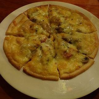 チョリソーとキノコのバジルピザ (浪曼房)