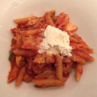 """トマトソースのペンネ""""アマトリチャーナ""""ペコリーノ チーズのムースを添えて(アマルフィイ・カステッロ (Amalfi CASTELLO))"""