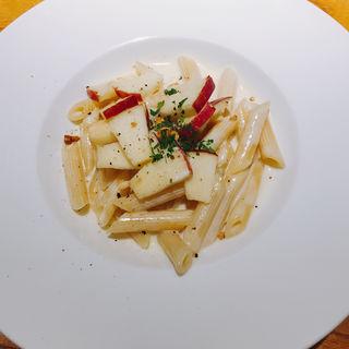 #ゴルゴンゾーラと4種のチーズのクリームペンネりんごとくるみ添え(ドディチ・マッジョ (Dodici Maggio))