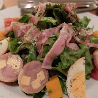 自家製ベーコンとソーセージのサラダ(イナロ食堂 )