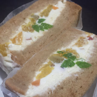 水切りヨーグルトと八朔の彩りフルーツサンド(ワズ サンドイッチ )