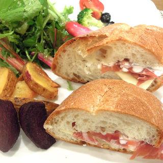 生ハムとチーズのサンドウィッチ(ヤマアラシ )