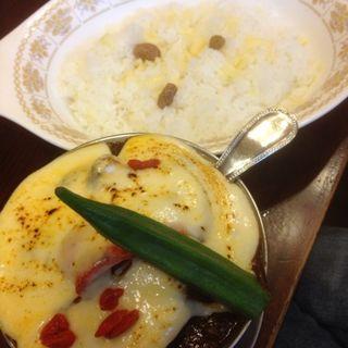 ビーフタンカレー+季節の野菜、チーズ(トマト)