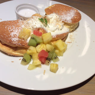 トロピカルフルーツとココナッツミルクソースのパンケーキ(期間限定)(SUNNY PANCAKE (サニーパンケーキ))