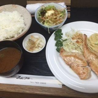 組み合わせサービスランチ「鮭のバター焼き」と「野菜サラダ」(キッチン おおつか )