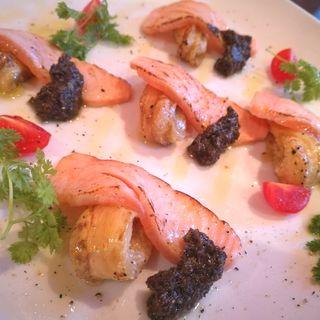 炙りサーモンと焼きナスのタプナードソース(Martano)