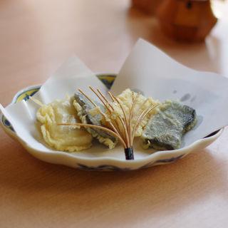 ごま豆腐の天婦羅(つづらそば )