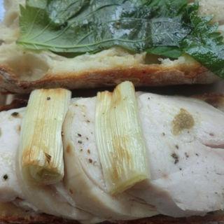 鶏ハムと長ネギのサンド 大葉と柚子胡椒ソース(Yakichi(ヤキチ))
