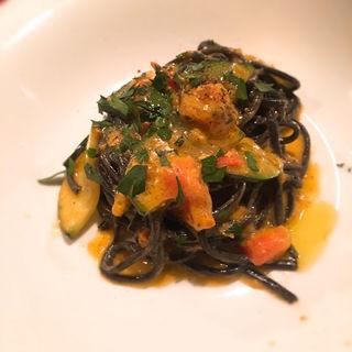 ウニのバターソースの黒いタリオリーニ(クオーレアズーロ)
