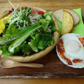夏野菜サラダ&アマトリーチャのエッグスラット ベーコンと玉ねぎのピリ辛トマトソース(THE BUND)