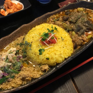 優しい感じのアジアン鶏キーマに赤キャベと卵のマサラダ乗せ &スパイス茄子煮浸しと食べるイタリアを感じるマトン&ポーク(旧ヤム邸)