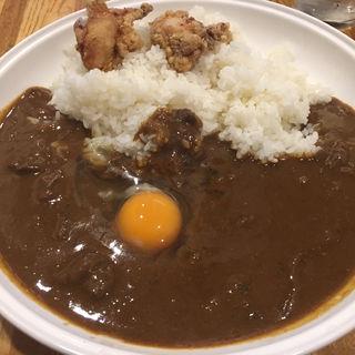 ビーフカレー、唐揚げ、生卵トッピング(KEN (ケン))