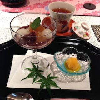 白桃と白玉の冷やしぜんざい マンゴーシャーベット添え 伊勢の和紅茶を添えて(菊坂 )