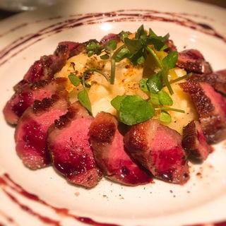 カリッと仕上げた鴨胸肉のキャラメリゼ バルサミコ 濃厚チーズリゾット(ビストロ ハッチ (Bistro Hutch))