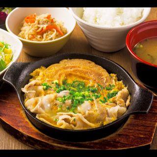 新潟豚肉と車麩の玉子とじ定食(ご飯、味噌汁、漬物、小鉢、サラダ付き)(米どころん 八重洲店 )