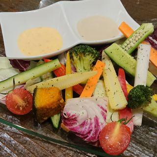 2種類のディップで味わう絶品バーニャカウダ(サファリ 梅田DDハウス店 )