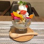 南国フルーツとカラフル野菜のビタミン朝パフェ