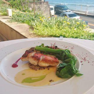 近海鮮魚のサルターティ 静岡産マッシュルームのデュクセル 白バルサミコ酢とビーツのソース(ピッツァ アマルフィイ)