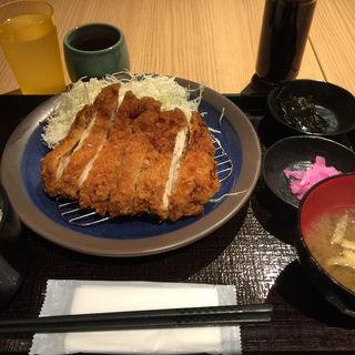 ジャンボチキンカツ定食(大衆酒場 北海道ながまれ 外苑前)