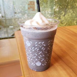 黒胡麻ソフトクリームラテ(ナナズグリーンティー 神戸ハーバーランド店)