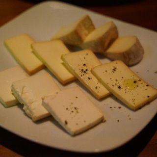 燻製チーズの盛り合わせ(燻製料理専門店 燻煙SmokeDining 新宿御苑前 )