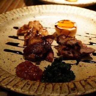 くんせいの三種盛り やまゆり豚、鶏セセリ、半熟卵(食幹 (Shokkan))