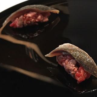 あか牛とビーツで炊いたシャリ 旬秋刀魚の炙り(ユーゴ・デノワイエ 恵比寿店 (HUGO DESNOYER))