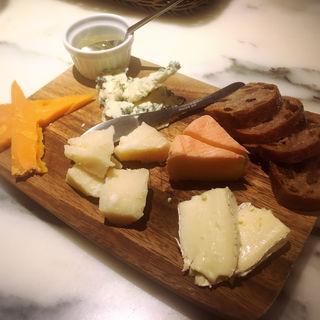 成城石井セレクト!熟成チーズの盛り合わせ(ル バーラ ヴァン サンカンドゥ (Le Bar a Vin 52))