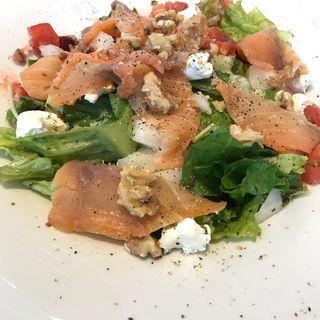 スモークサーモンとクルミとりんごのサラダ(RIGOLETTO SHORT HILLS (リゴレット ショート ヒルズ))