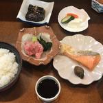 マグロぶつと鮭塩焼き定食